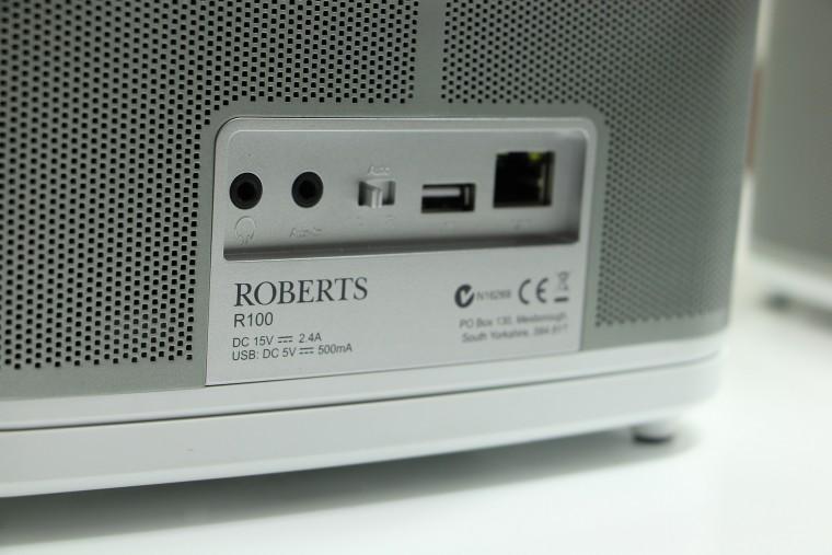 La connectique et le sélecteur stéréo se trouvent à l'arrière des enceintes Roberts R1 et R100.