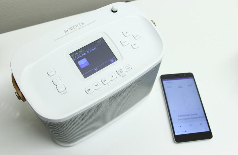 La source et le titre du morceau s'affichent sur l'écran de la Roberts R100 ainsi que sur l'application Undok.