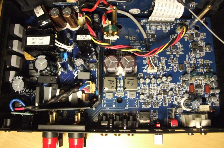 À gauche, la section alimentation est séparée de la section audio par une petite cloison empêchant les rayonnements électromagnétiques de perturber le signal audio.