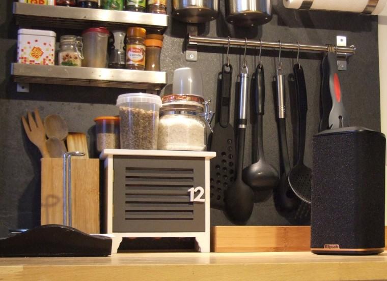 L'enceinte Klipsch RW-1 trouve parfaitement sa place sur le plan de travail d'une cuisine.
