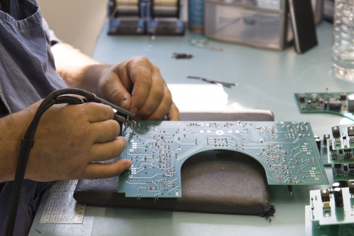 Visite Usine Atoll Electronique soudure composants
