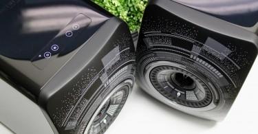 L'enceinte amplifiée avec streamer et DAC intégré KEF LS50 Wireless Marcel Wanders est une version spéciale de la KEF LS50 Wireless. Les différences sont purement esthétiques, avec une robe nocture et un dessin sur la face du designer belge Marcel Wanders. Cette LS50 Wireless Marcel Wanders est directement dérivée de la KEF LS50 et s'en différencie par l'intégration de quatre amplificateurs, deux DAC, un streamer (Spotify, Tidal, Airplay, DLNA), un récepteur Bluetooth aptX et un DAC pour brancher un ordinateur et un téléviseur par exemple. Tout au plus peut-on ajouter un caisson de basses à cette paire d'enceintes connectées, mais pour le reste, elles ne nécessitent strictement aucun appareil hi-fi complémentaire pour écouter de la musique. Les sources audio possibles L'entrée ligne RCA stéréo de l'enceinte permet de brancher un lecteur CD, une platine vinyle (avec préampli) ou un baladeur par exemple. L'entrée numérique optique convient elle aux téléviseurs UHD, aux consoles de jeux vidéos ou bien aux lecteurs optiques équipés d'une sortie similaire. Les signaux numériques sont pris en charge jusqu'à 96 kHz (Hi-Res Audio). L'entrée USB-B est elle dédiée aux ordinateurs ou aux NAS, afin d'en lire les fichiers audio ou bien écouters les services de musique en ligne. L'entrée Bluetooth permet une écoute sans fil à 10 m avec n'importe quel smarphone. L'entrée réseau (WiFi ou Ethernet) élargit le champ des possibles et permet la lecture des fichiers audio (MP3, FLAC HD...) depuis un smartphone ou une tablette, ainsi que celle de Spotify ou Tidal. Il faut pour cela utiliser l'application KEF LS50 Wireless (iOS et Android). Dommage, Qobuz et Deezer ne sont pas supportés. KEF et le haut-parleur unique La technologie KEF UniQ est le nom commercial pour le haut-parleur coaxial. Le principe est simple : diffuser le son depuis un point unique (UniQ) pour éviter la convergence de plusieurs faisceaaux sonores issus de multiples points de diffusion. KEF a ainsi développé un haut-